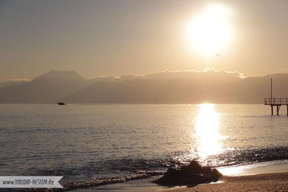 Flugzeug und Boot im Sonnenuntergang | youdid-design.de