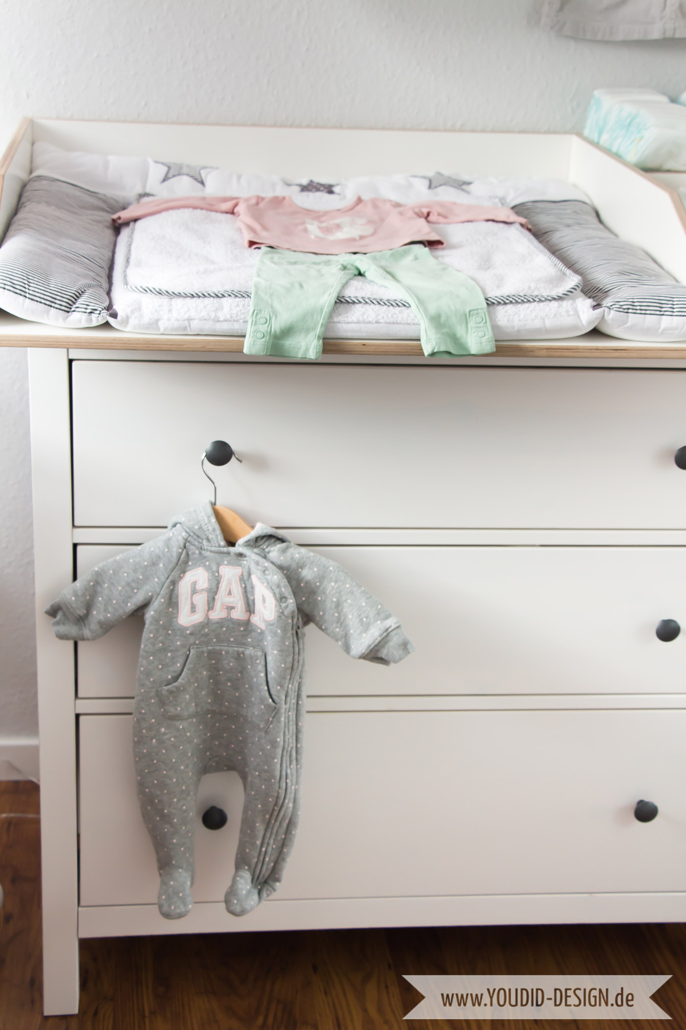 Inspiration-for-a-scandinavian-nursery-Inspirationen-für-ein-skandinavisches-Kinderzimmer-in-mint-blush-IKEA-Hack Wickelaufsatz für die IKEA Hemnes Kommode interior-scandi-nordic-style | www.youdid-design.de