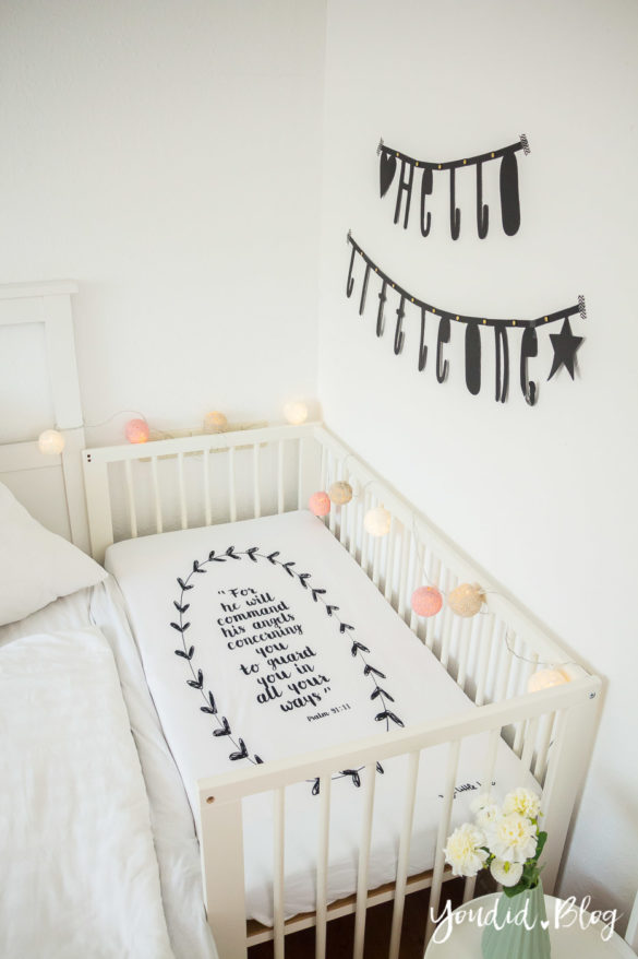 Skandinavisches Kinderzimmer Bettlaken Love you to the moon Hausregale Beistellbett Babybett IKEA Hack Bambi Nordichome Nordickidsroom Bedroom | https://youdid.blog