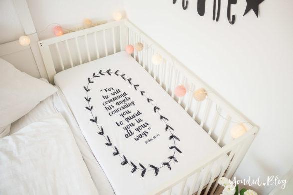 Skandinavisches Kinderzimmer Bettlaken Love you to the moon Hausregale Beistellbett Babybett IKEA Hack Bambi Nordichome Nordickidsroom Buchstabengirlande | https://youdid.blog