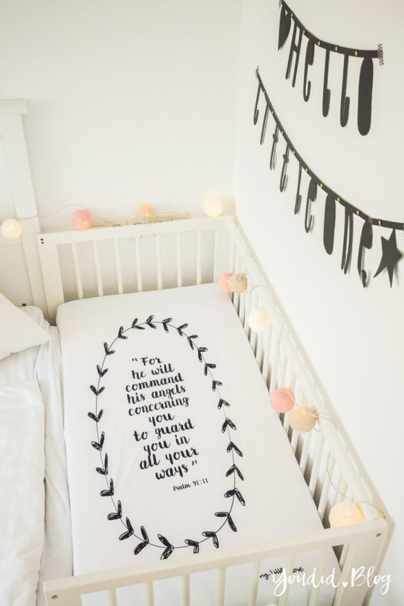 Skandinavisches Kinderzimmer Bettlaken Love you to the moon Hausregale Beistellbett Babybett IKEA Hack Bambi Nordichome Nordickidsroom Cottonball | https://youdid.blog