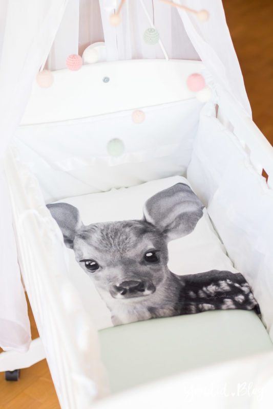 Skandinavisches Kinderzimmer Bettlaken Love you to the moon Hausregale Beistellbett Babybett IKEA Hack Wiege Bambi Nordichome Nordickidsroom | https://youdid.blog