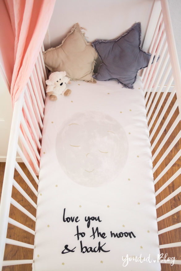 Skandinavisches Kinderzimmer Bettlaken Love you to the moon Hausregale Beistellbett Familienbett Babybett IKEA Hack Kinderzimmer | https://youdid.blog
