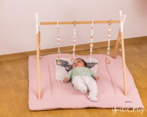 Bauanleitung für einen DIY Holz Spielbogen im skandinavischen Stil Wooden Baby Gym Activity Decke Spielebogen nordic interior Play Gym Spielebogen | https://youdid.blog