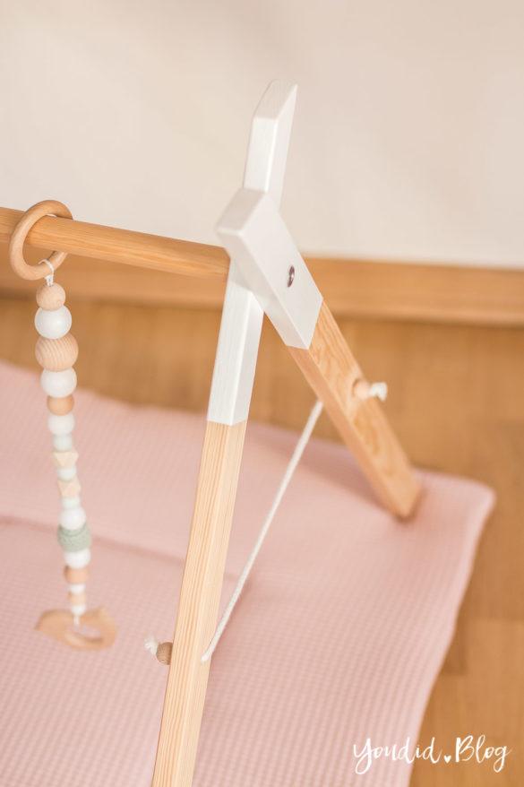 Bauanleitung für einen DIY Holz Spielbogen im skandinavischen Stil Wooden Baby Gym Activity Decke Spielebogen nordic Play gym | https://youdid.blog