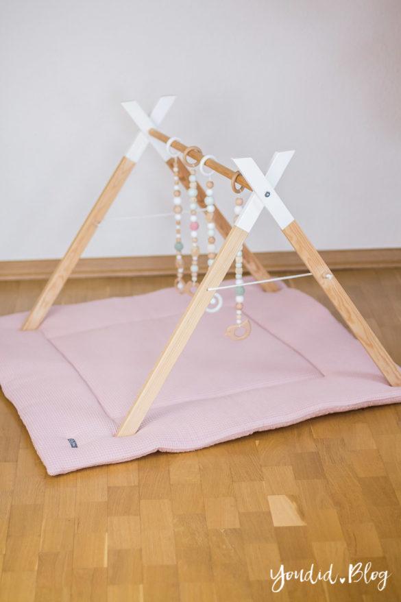 Bauanleitung für einen DIY Holz Spielbogen im skandinavischen Stil Wooden Baby Gym Activity Decke Spielebogen nordic interior Play Gym | https://youdid.blog