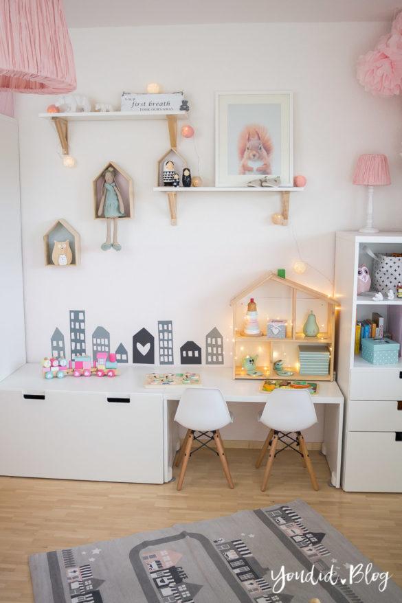 nordic girlsroom kidsroom skandinavisches Kinderzimmer IKEA Puppenhaus Flisat Kinderstuhl Eames DSW rosa Babyzimmer | https://youdid.blog