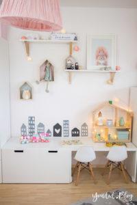 nordic girlsroom kidsroom skandinavisches Kinderzimmer IKEA Puppenhaus Flisat Kinderstuhl Eames DSW rosa Babyzimmer Hausregal | https://youdid.blog