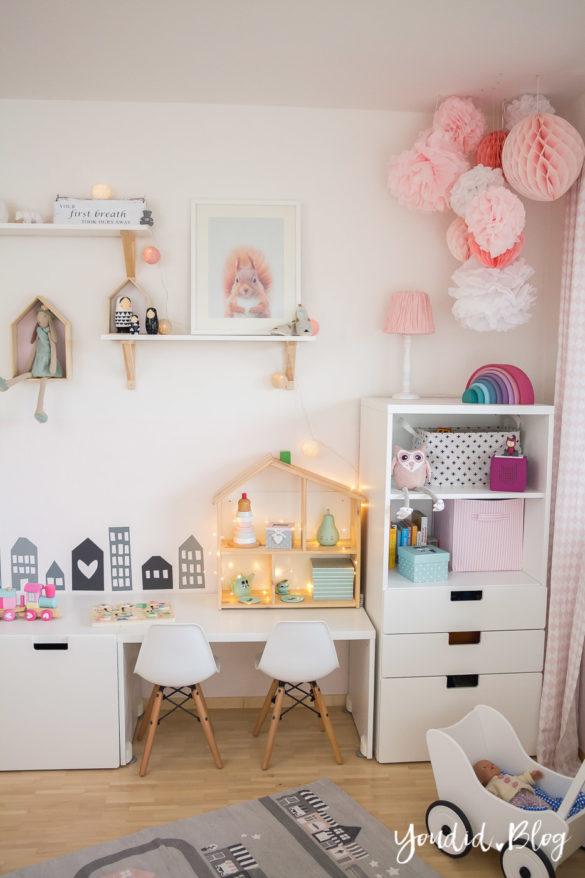 nordic girlsroom kidsroom skandinavisches Kinderzimmer IKEA Puppenhaus Flisat Kinderstuhl Eames DSW rosa Babyzimmer blush nursery | https://youdid.blog