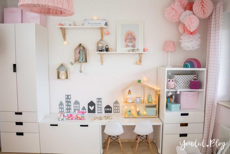 nordic girlsroom kidsroom skandinavisches Kinderzimmer IKEA Puppenhaus Flisat Kinderstuhl Eames DSW rosa pink Babyzimmer | https://youdid.blog