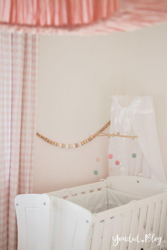 nordic kidsroom skandinavisches Kinderzimmer Mobile Häkelkugeln | https://youdid.blog