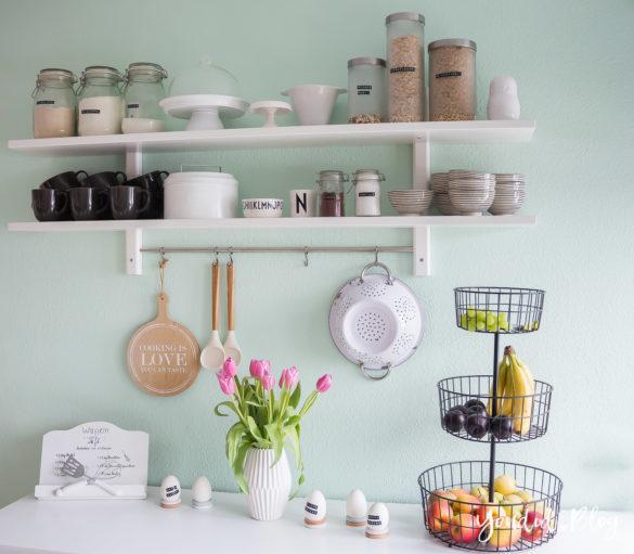 Küchenregal Küchendetails und mintfarbene Wand Macaron nordic kitchen Osterküche | https://youdid.blog
