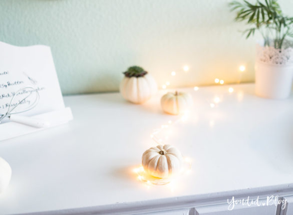 Minimalistische Herbstdeko Baby Boo Kürbisse mit Sukkulenten Tischdeko - minimalistic autumn decor white pumpkin with succulents table decoration | https://youdid.blog