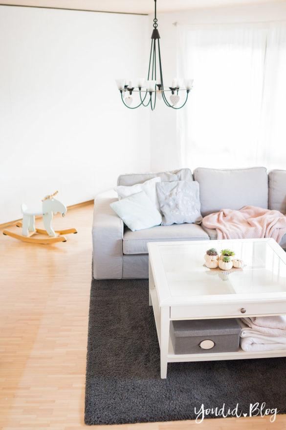 Minimalistische Herbstdeko Baby Boo Kürbisse mit Sukkulenten bepflanzen skandinavisches Wohnzimmer - minimalistic autumn decor white pumpkin scandi livingroom | https://youdid.blog