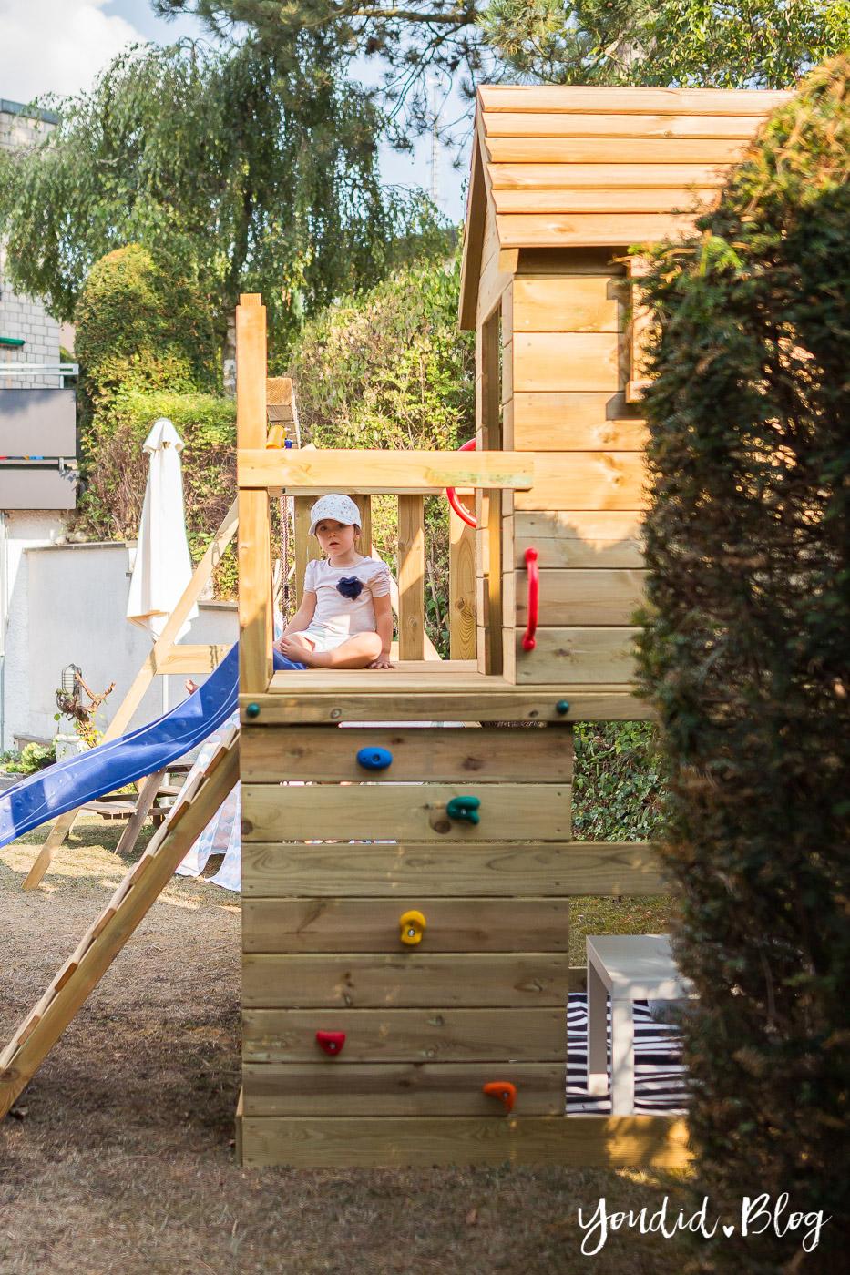 Ein Kletterturm Mit Rutsche Sandkasten Schaukel Und Spielhaus