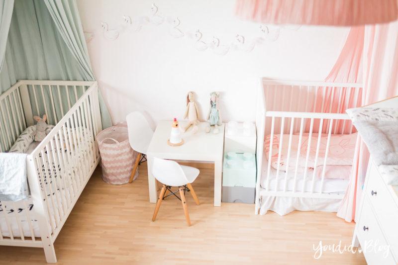 skandinavisches Kinderzimmer mit Betthimmel Maileg Eams Stuhl Bettschlange | https://youdid.blog