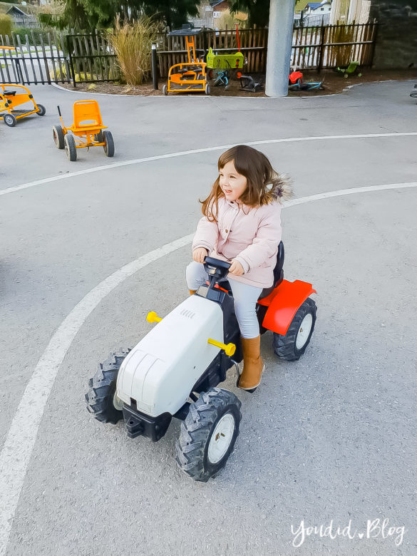Unsere Luxus Familienauszeit im Kinderhotel Dachsteinkönig Familienhotel Traktorfahren | https://youdid.blog