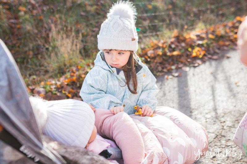 Der richtige Altersabstand beim zweiten Kind Unterwegs mit Jollyroom wunderschöner Fusssack und Reisebuggy anderthalb Jahre Altersabstand | https://youdid.blog