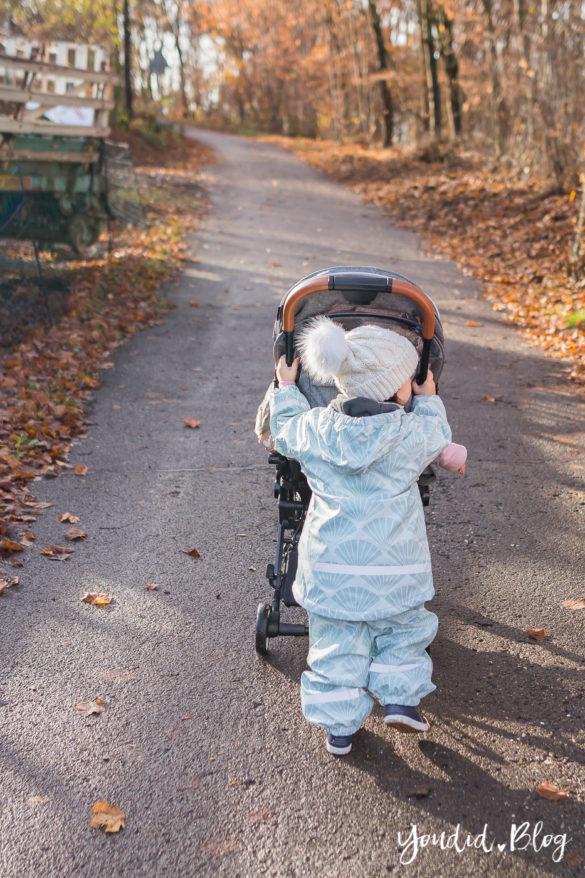 Der richtige Altersabstand beim zweiten Kind Unterwegs mit Jollyroom wunderschöner Fusssack und Reisebuggy kleine grosse Schwester | https://youdid.blog