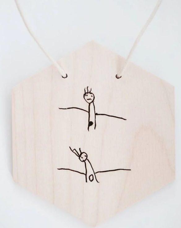 Kinderzeichnung auf Holzschild woodmaid | Special Blog Adventskalender auf https://youdid.blog