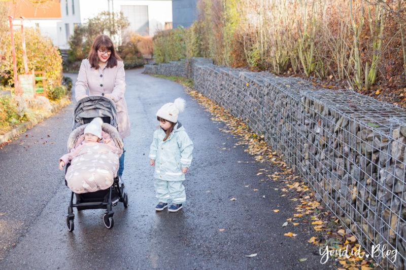 Was ist der richtige Altersabstand beim zweiten Kind Unterwegs mit Jollyroom wunderschöner Fusssack und Reisebuggy | https://youdid.blog