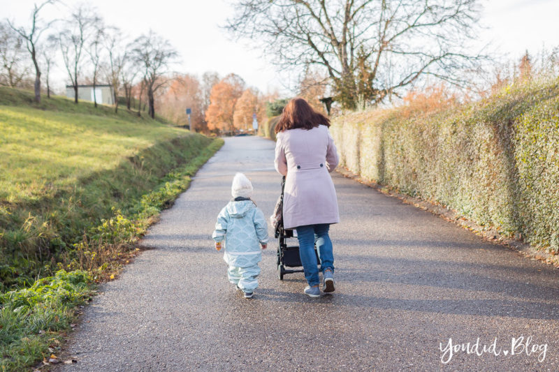 Was ist der richtige Altersabstand beim zweiten Kind Unterwegs mit Jollyroom wunderschöner Fusssack und Reisebuggy Wie viel Monate Altersabstand | https://youdid.blog