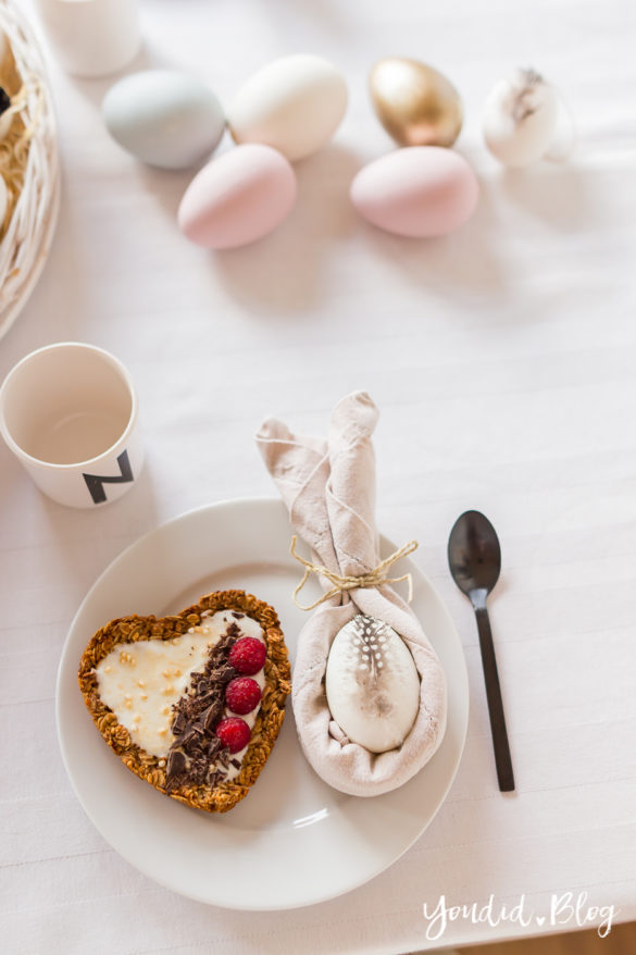 Osterbrunch mit Granola Tarte - Dekoideen für deinen Ostertisch - Ostern Dekoideen - Easter Decoration Happy Easter - Ostereier gold färben Eier bemalen - Breakfast Granola Tart | https://youdid.blog
