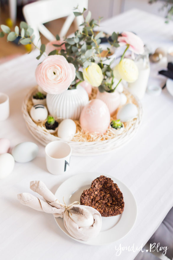 Ranunkeln Osterbrunch mit Schoko Granola Tarte - Dekoideen für deinen Ostertisch Ostern Dekoideen - Easter Decoration Happy Easter - Ostereier färben Eier bemalen - Breakfast Granola Tart | https://youdid.blog