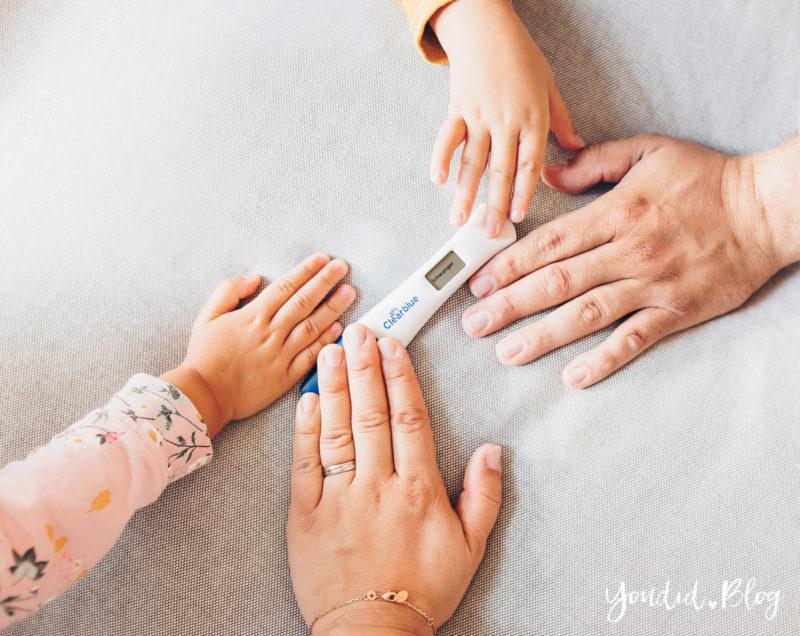Der positive Schwangerschaftstest Schwangerschaftsverkündung Pregnancy Announcement 12. Schwangerschaftswoche Schwangerschaftstest mit Händen | https://youdid.blog