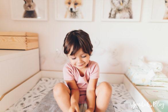 Tipps zum Wickeln mit Lillydoo Camping mit Baby und Kleindkind Body über Kopf ziehen | https://youdid.blog