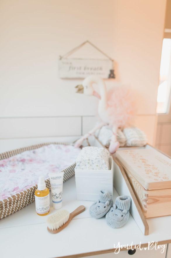 Pflegeprodukte für Babys weniger ist mehr und welche wir trotzdem nutzen - die neue Pflegelinie von Lillydoo Wickeltisch Mädchen | https://youdid.blog