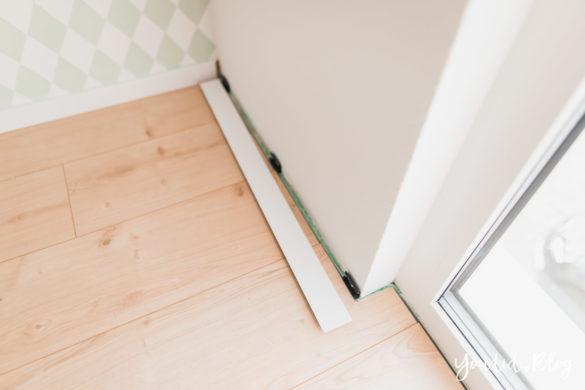 Unser skandinavisches Kinderzimmer und unsere Erfahrungen mit dem Purline Bioboden von Wineo Fussleiste mit Clips befestigen | https://youdid.blog