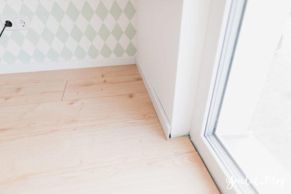 Unser skandinavisches Kinderzimmer und unsere Erfahrungen mit dem Purline Bioboden von Wineo weisse Fussleiste | https://youdid.blog
