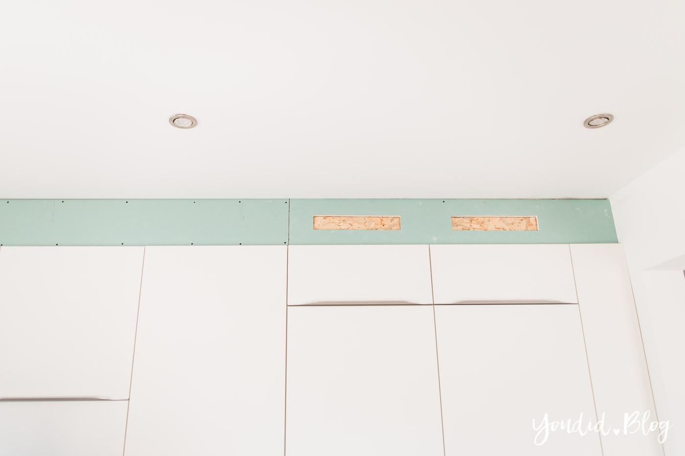 Küchenschränke verkoffern Küchenschrankwand abkoffern Küchenhochschränke mit Trockenbau verkleiden und Lichtkonzept in der Küche Bauanleitung | https://youdid.blog