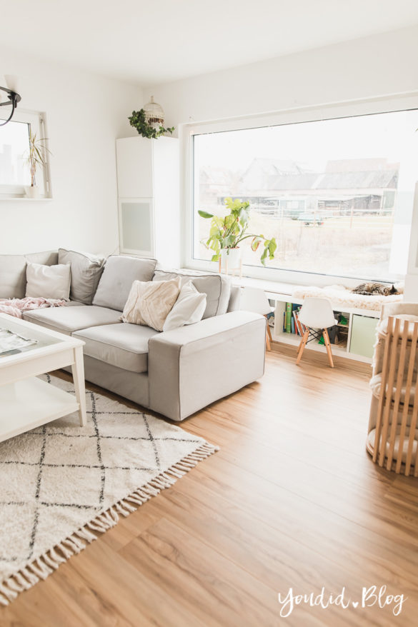 Fliesen Vinyl oder Holzfussboden in der Küche - Unsere Erfahrungen mit dem Purline Bioboden von Wineo Vinyl selbst verlegen Sitzfensterbank im Wohnzimmer | https://youdid.blog